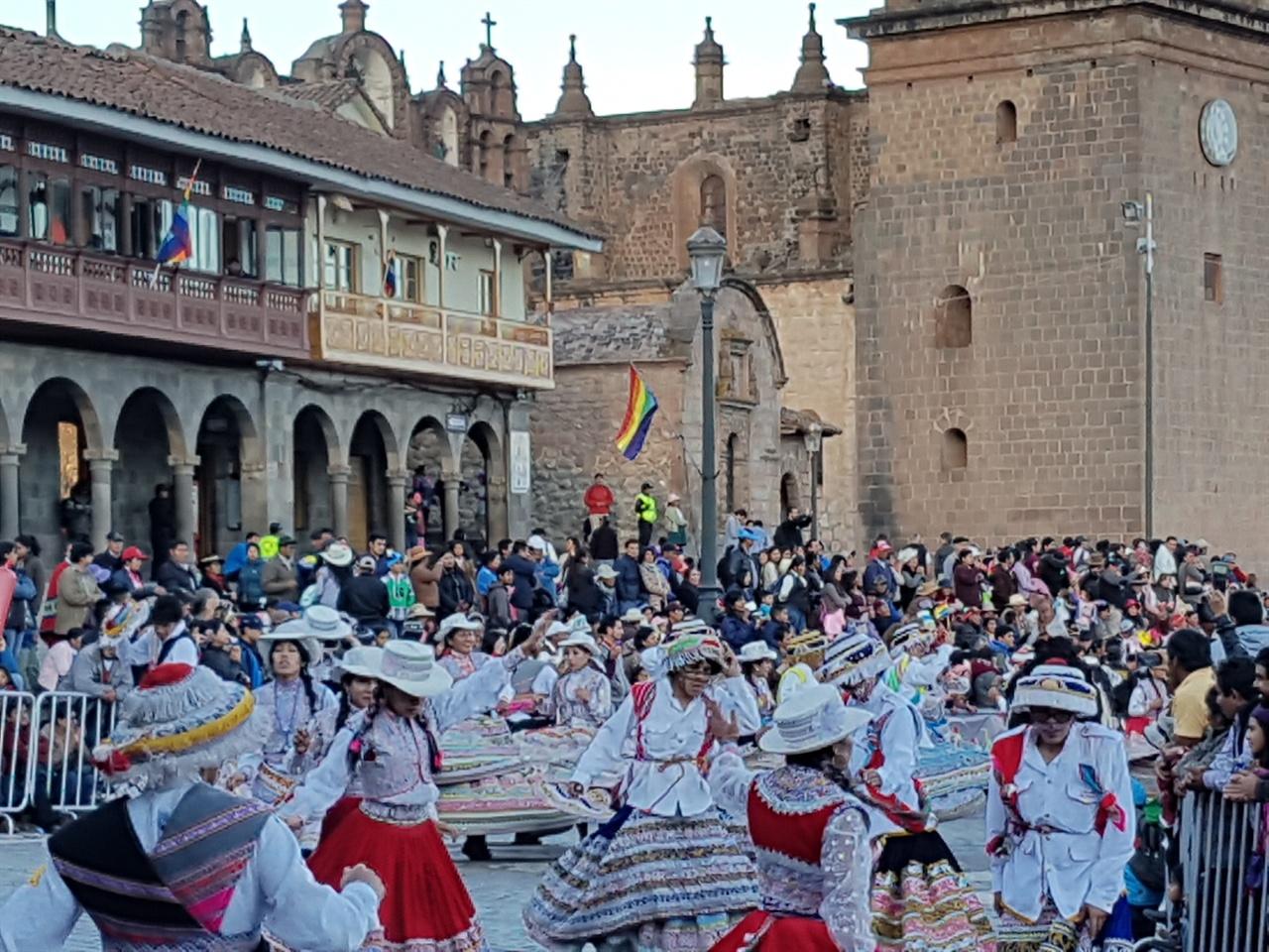 남미 원주민들 참여 거리 퍼레이드에는 남미 원주민들도 많이 참여한다. 아이마라족도 있고 케추아족도 있다.