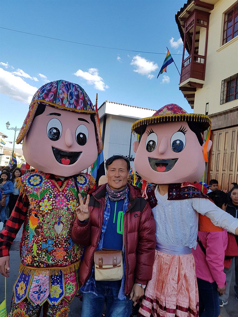스페인으로부터 유입된 문화 거리 페레이드는 대장관이다. 형형색색의 전통 잉카인들의 복장을 한 무희들이 펼치는 거래행진은 전 세계에서 온 관광객들의 눈에는 신비롭기만 하다.  그런데 이러한 인형모양의 퍼포먼스는 아무래도 스페인점령군으로부터 유입된 것으로 생각된다.
