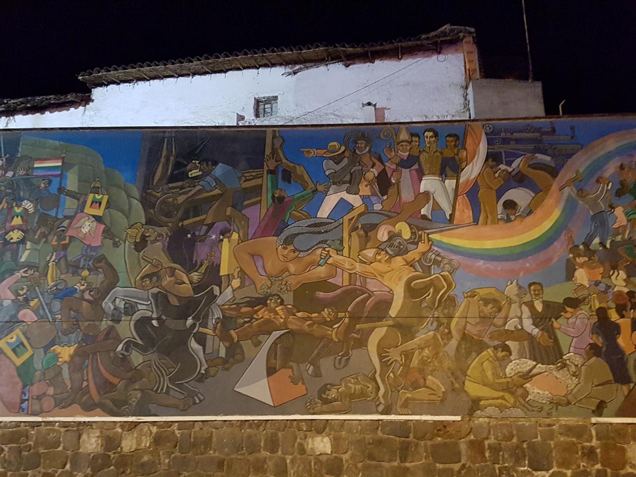 길거리의 대형벽화 길거리에 있는 대형벽화이다. 잉카시대부터 스페인식민지 시절까지의 페루인들의 일상적 삶을 신화적 시각에서 페인팅한 것으로 생각된다.