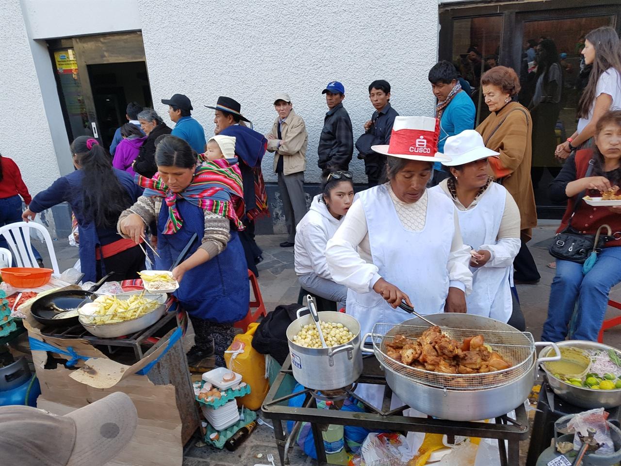 잉카원주민들의 거리음식 잉카 원주민의 전통의상을 입은 잉카 후예들이 미국, 유럽관광객들을 상대로 거리음식도 팔고 각종 공예품도 판다. 주로 쿠스크 인근에서 많이 생산되는 옥수수, 감자, 돼지고기, 닭고기 튀김 등과 페루식 막걸리인 '치차'와 잉카맥주를 판다.
