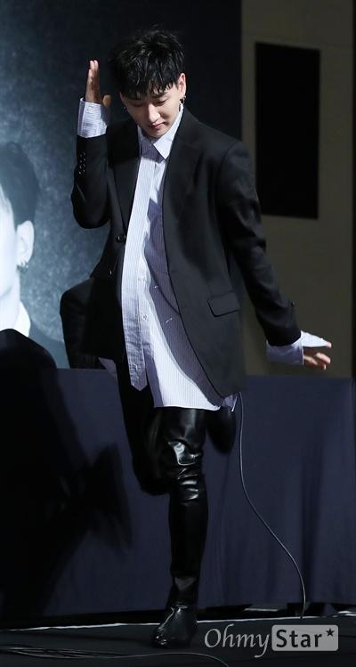 슈퍼주니어 '블랙 수트' 안무 이름 지어주세요! 슈퍼주니어 은혁이 6일 오전 서울 강남구 삼성동의 한 호텔에서 열린 정규 8집 < 플레이(PLAY) > 컴백 기자회견에서 타이틀곡 '블랙 수트(Black Suit)'의 안무를 소개하고 있다. 슈퍼주니의 정규 8집 새 앨범 < 플레이(PLAY) >에는 '블랙 수트(Black Suit)'를 타이틀곡으로 해 언제 재생해도 부담 없이 들을 수 있도록 대중성을 고려한 트랙과 슈퍼주니어만의 유쾌함이 담긴 트랙이 실려, '슈퍼주니어의 음악을 들어보자'라는 메시지와 자신들만의 고유의 아이덴티티를 전달하고 있다.