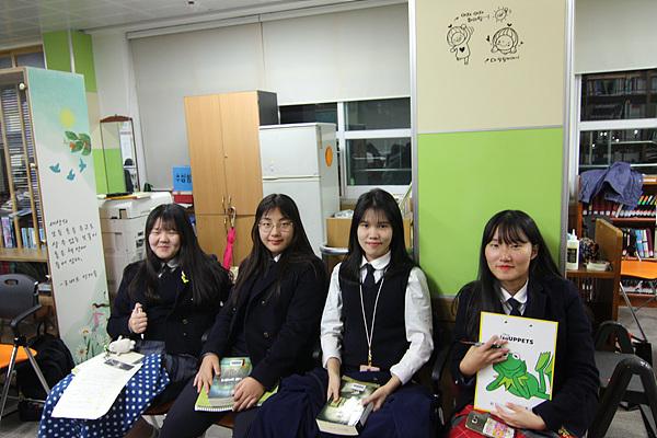 독서토론반인 광양여고 1학년 학생들이 선배들의 토론수업을 참관했다