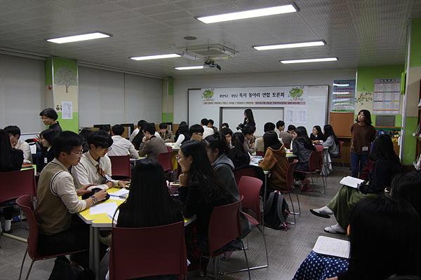 3일밤 7시, 광양여고 독서실에서 열린 사제동행 독서동아리 연합토론 모습