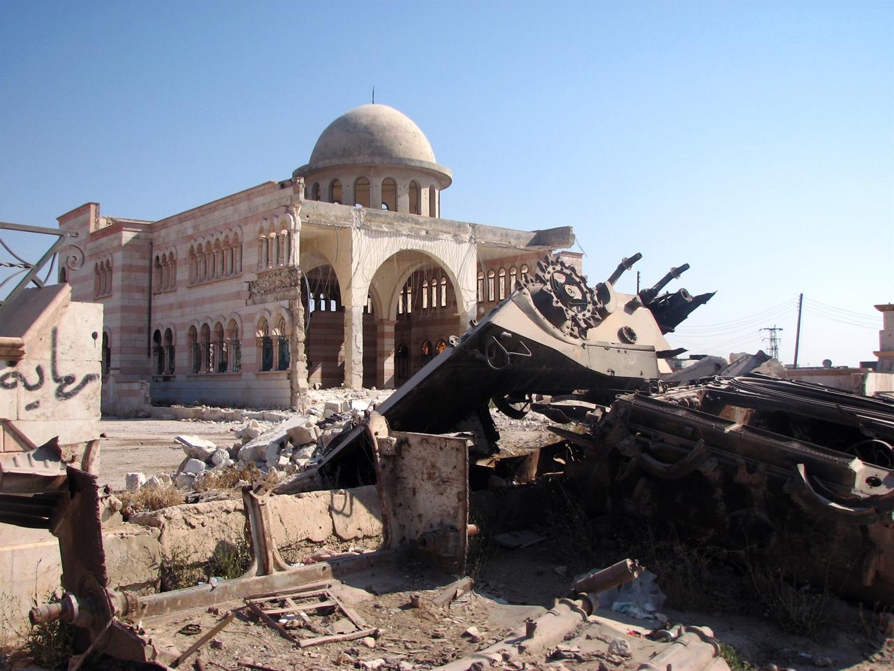 시리아 시민사진1  시리아의 국경도시 아자즈에서 한 시민이 무차별 폭격으로 파괴된 도심의 모스크와 탱크를 카메라에 담았다