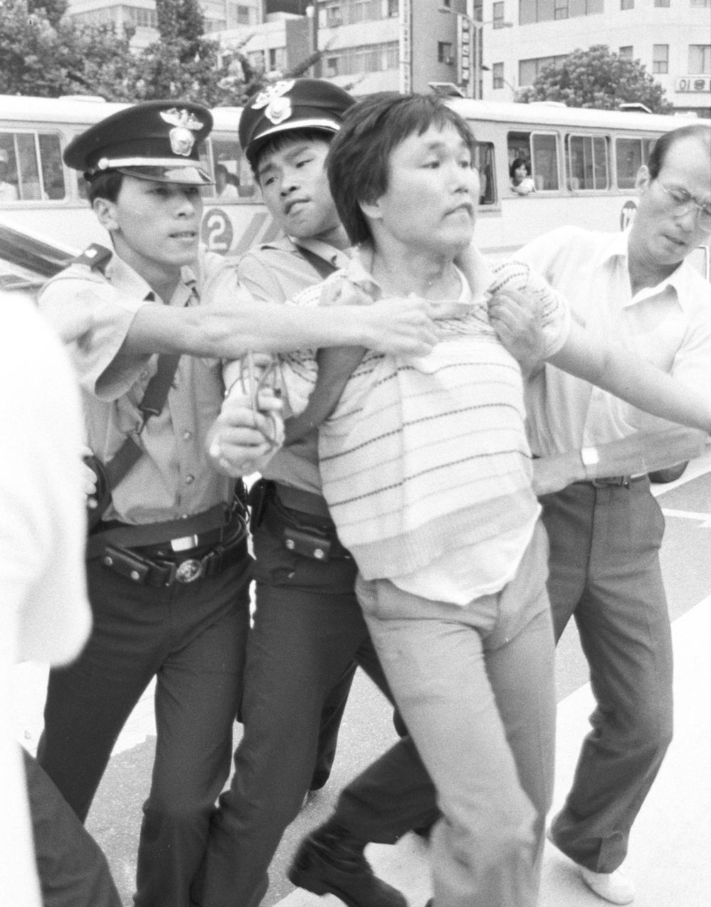 종로3가에서 연행당하는 이명식 민청련 인권부 차장. 고려대 출신인 그는 이후 민청련과 민통련에서 간부로 활동했다.