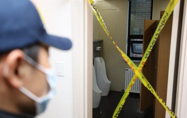 국가정보원의 '댓글 수사' 은폐 혐의를 받는 변창훈 서울고검 검사가 6일 투신한 것으로 알려진 서울 서초동 한 법무법인의 화장실을 경찰이 조사하고 있다.