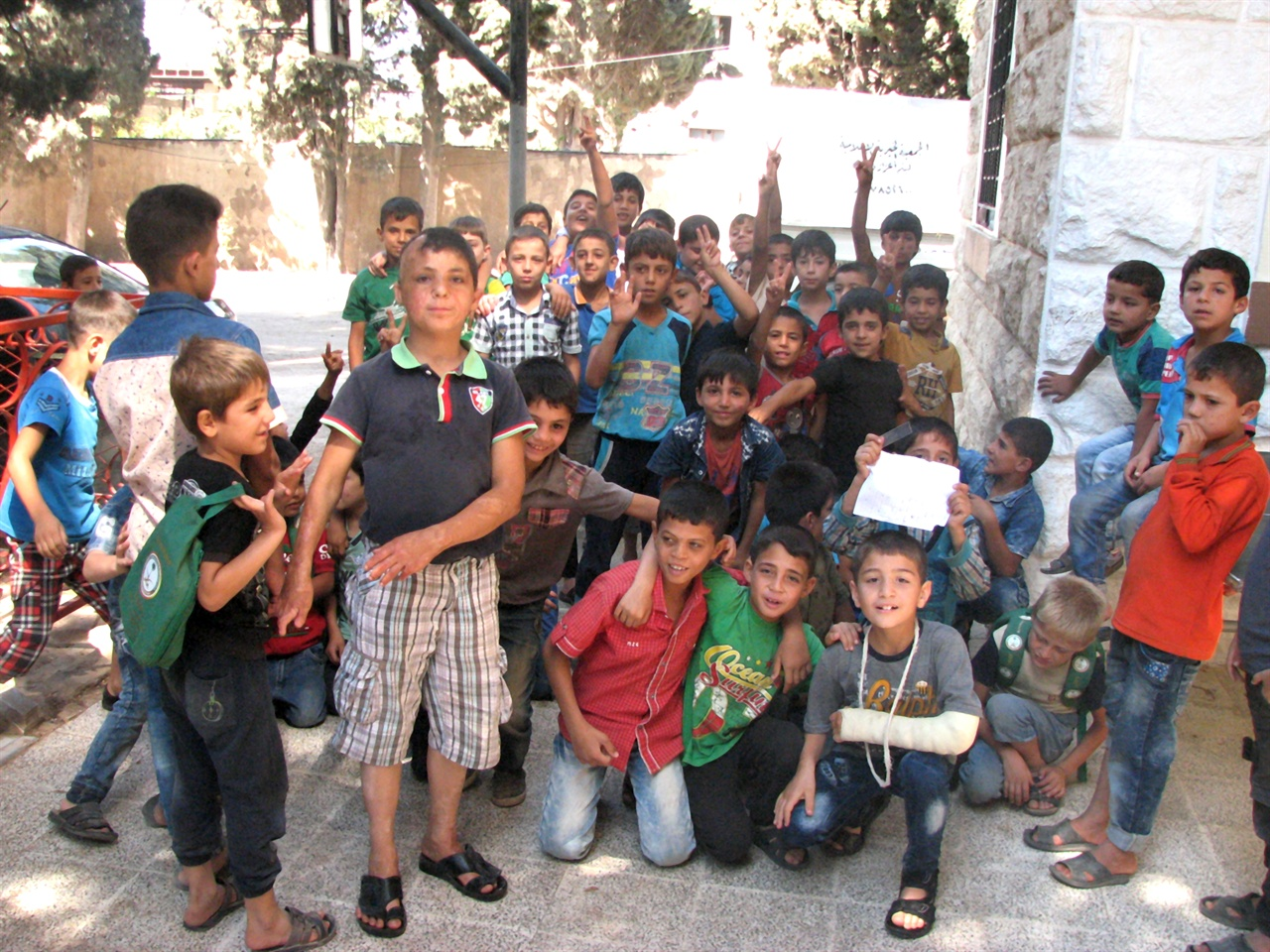 시리아 시민사진5  난민들이 몰리면서 국경 도시에 있는 학교들은 아이들로 넘쳐난다. 천진난만한 개구쟁이들처럼 보이지만 한커풀만 벗겨도 전쟁으로 얻은 심리적 신체적 상처가 깊은 아이들이다.