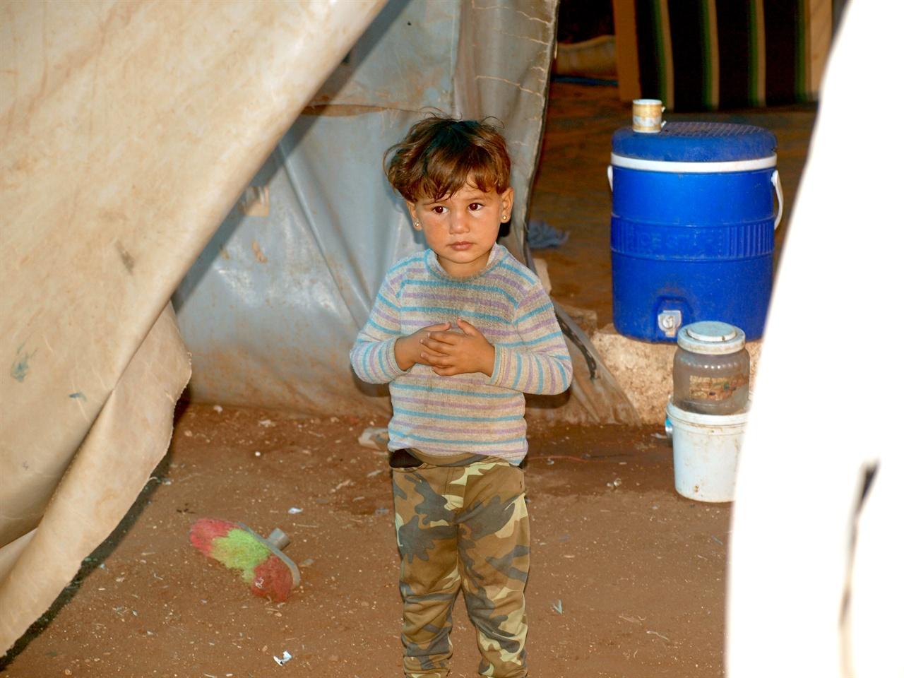 시리아 시민사진8 전쟁 중이 아닌 시대를 살아본 적 없는 수천 명의 시리아 아이들- 그 아이들이 평화라는 단어를 이해할 수 있게 되기까지 얼마나 더 희생과 고통이 있어야 할까요?