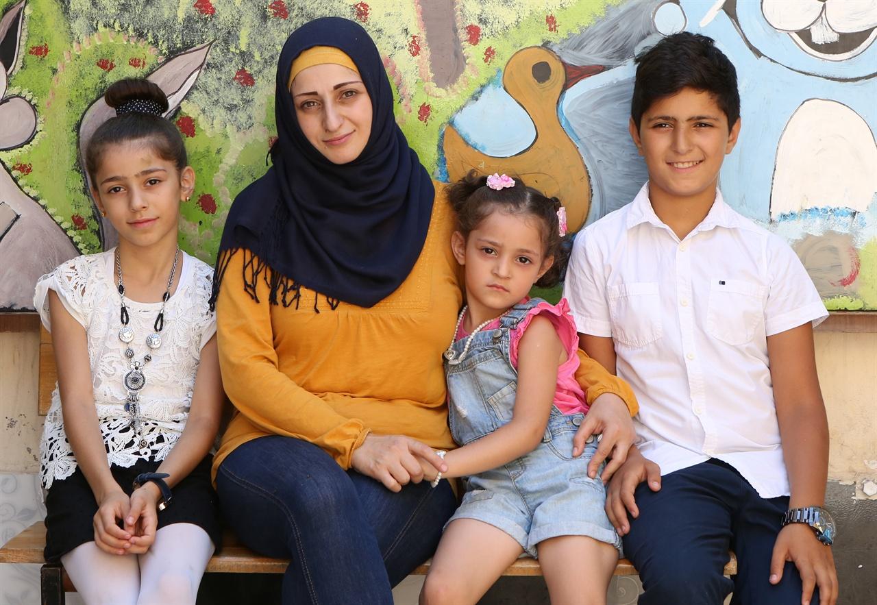 가족사진 아라샤 오스만네 가족은 이 사진의 제목을 <완벽하고 행복한 가족>이라고 지었다