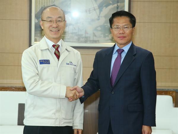 김조원 카이 대표이사와 한경호 경남도지사 권한대행.