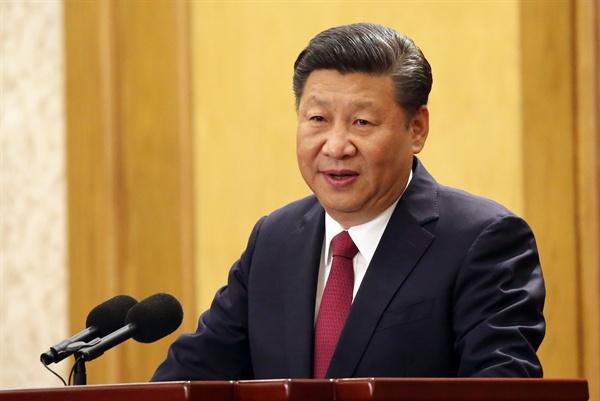 지난 10월 25일 오전 중국 베이징 인민대회당에서 열린 중국 공산당 19기 중앙위원회 제1차 전체회의 기자회견에서 시진핑 중국 국가주석이 새롭게 구성된 상무위원단을 취재진에 소개하고 있다.