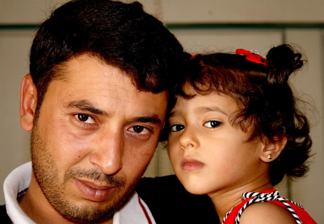 시리아 시민사진7 평화없는 시대에 태어난 딸에게 평화의 시대를 물려주기 위해 아빠가 카메라를 들었다