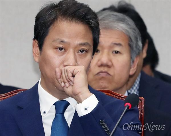 임종석 대통령 비서실장이 6일 서울 여의도 국회에서 열린 운영위원회의 국정감사에 출석해 의원들의 질의를 듣고 있다.
