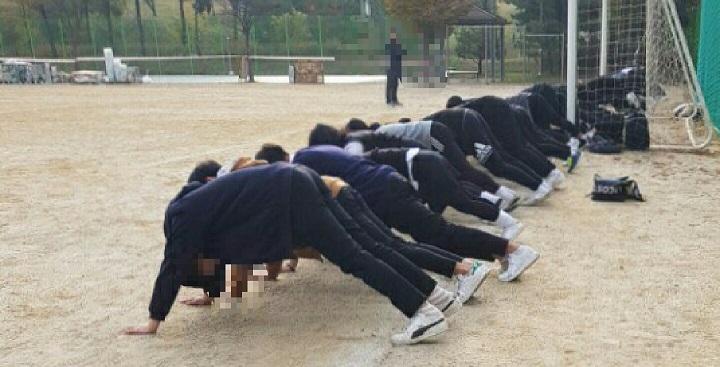 지난 1일 충남의 한 고등학교 운동장에서는 학생들이 엎드려뻗쳐를 하고 있다. 체벌 사유 중에는 교복 재킷을 안입고 그 위에 점퍼를 걸쳤다는 이유도 포함되어 있다.