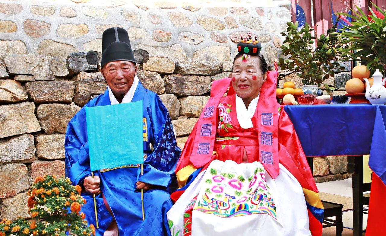 서산시 해미면 오학리에 위치한 해미향교에서 결혼 60주년 회혼식을 올린 노기승 옹과 김정분 여사의 모습. 두 분의 백년해로를 축원합니다.