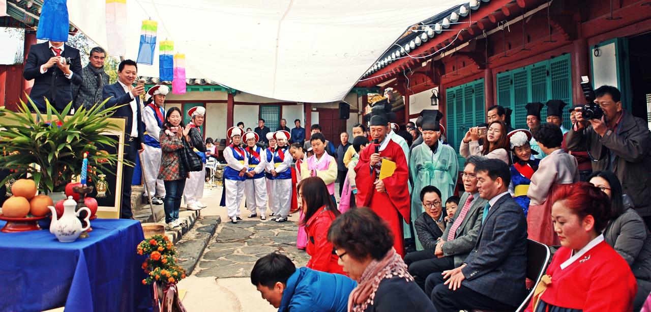 회혼식에 참여한 가족들과 관람객들의 모습.