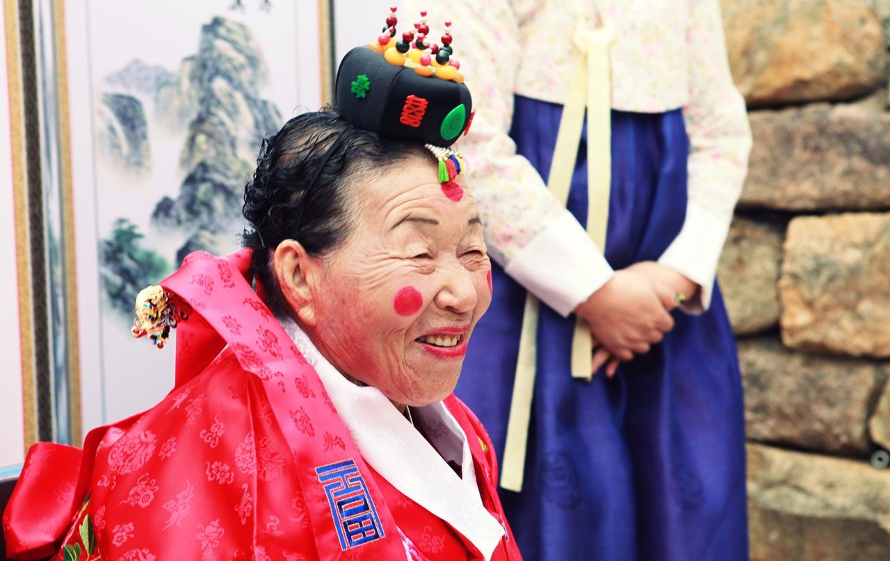 수줍게 웃는 신부 김정분 여사의 모습.