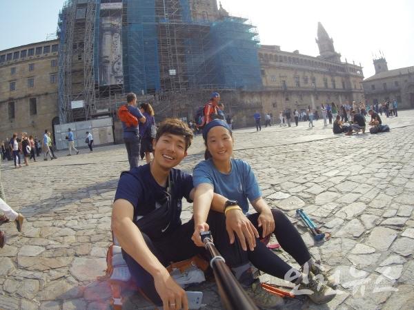 순례길 종착지인 산티아고 데 콤포스텔라 성당 앞에서 지난 10월15일 (왼쪽부터)송형철, 김수빈 학생이 기념 촬영을 하고 있다. 사진=인하대
