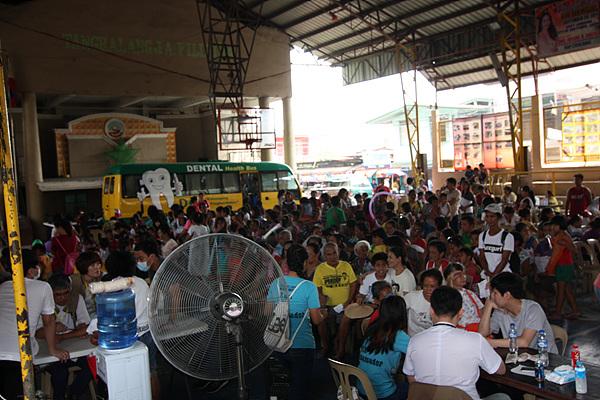 (사)여수지구촌사랑나눔 의료봉사단원들의 산페드로시 두번째 봉사지역인 란다얀 체육관에 500여명의 환자들이 차례를 기다리고 있다.