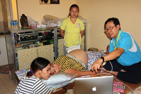 35살로 6명의 아이를 둔 아주머니가 산부인과 강병석원장으로 부터 진료를 받고 있다