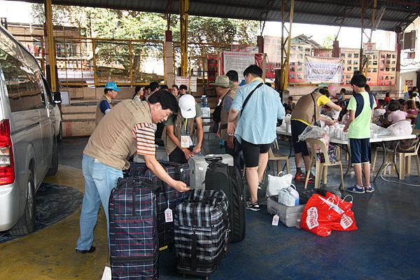 의료봉사현장에 도착한 봉사단원들이 약품을 챙기고 있다