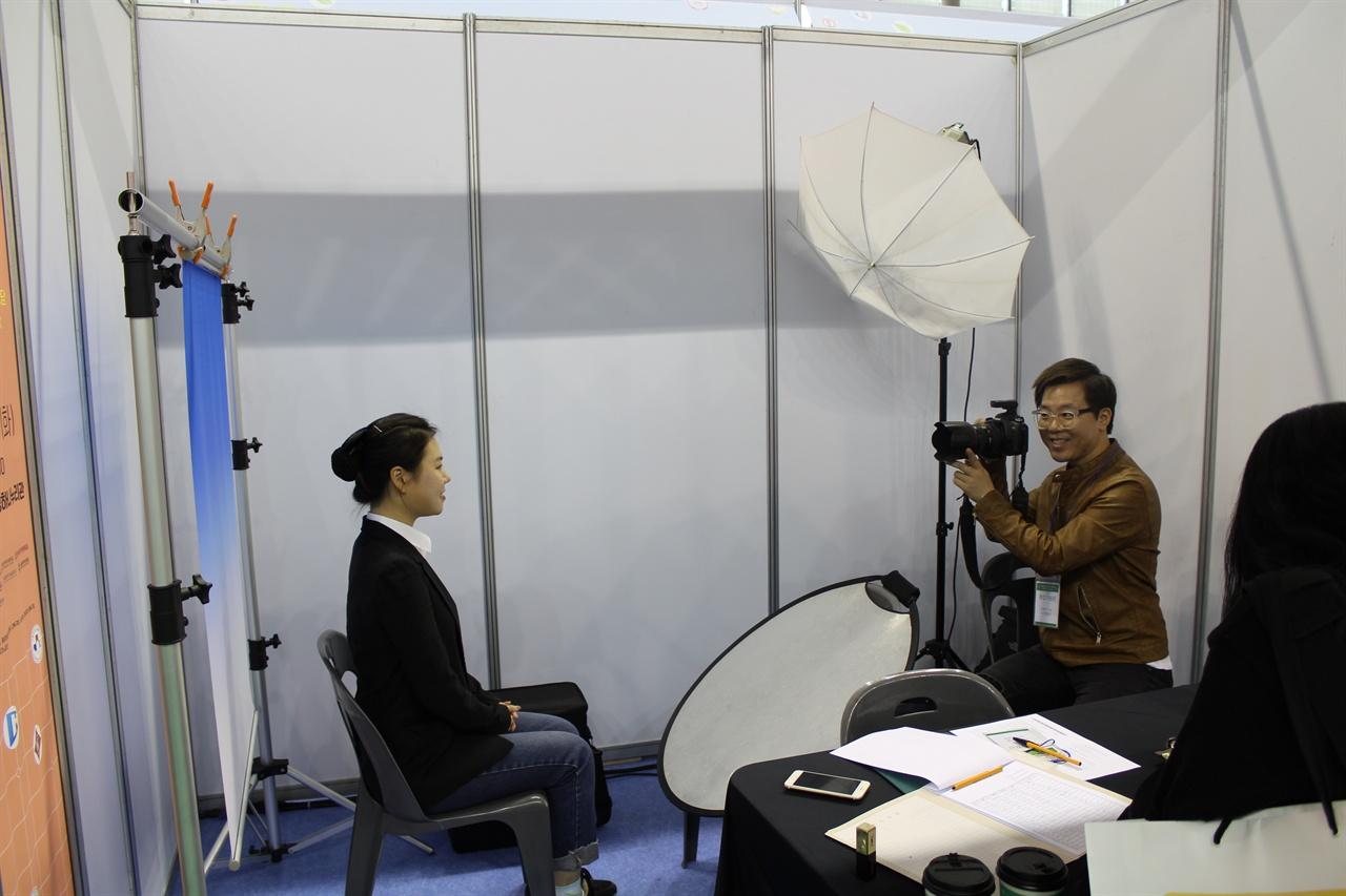 서울동북지역 10개 대학교 공동 잡페스티벌이 오늘 오전 10시부터 덕성여대에서 개최되었다. 사진은 참가한 대학생이 사진촬영관에서 이력서 사진촬영 도움을 받는 모습.