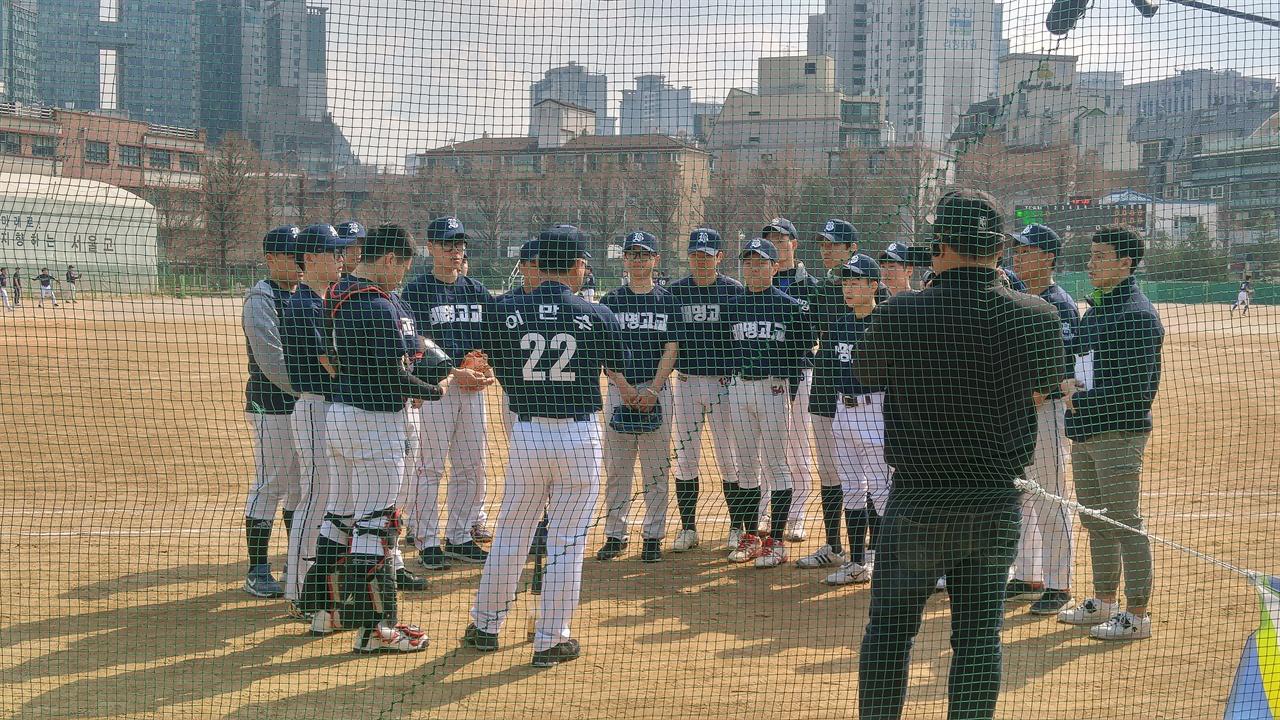서울고등학교에서 열린 동북고등학교와의 친선경기에서 선수들을 격려하는 이만수 감독