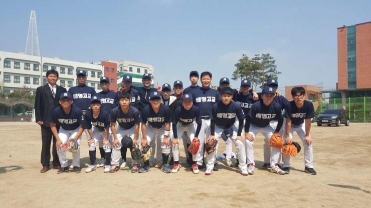 이만수 감독의 학교스포츠클럽팀 감독 부임 기념 촬영사진