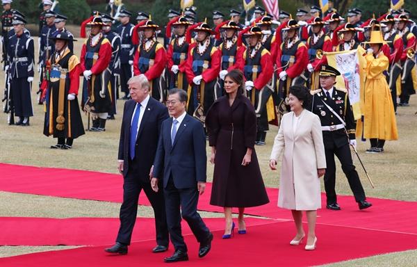 문재인 대통령과 도널드 트럼프 미국 대통령이 7일 오후 청와대에서 열린 공식 환영식에서 의장대를 사열하고 있다.