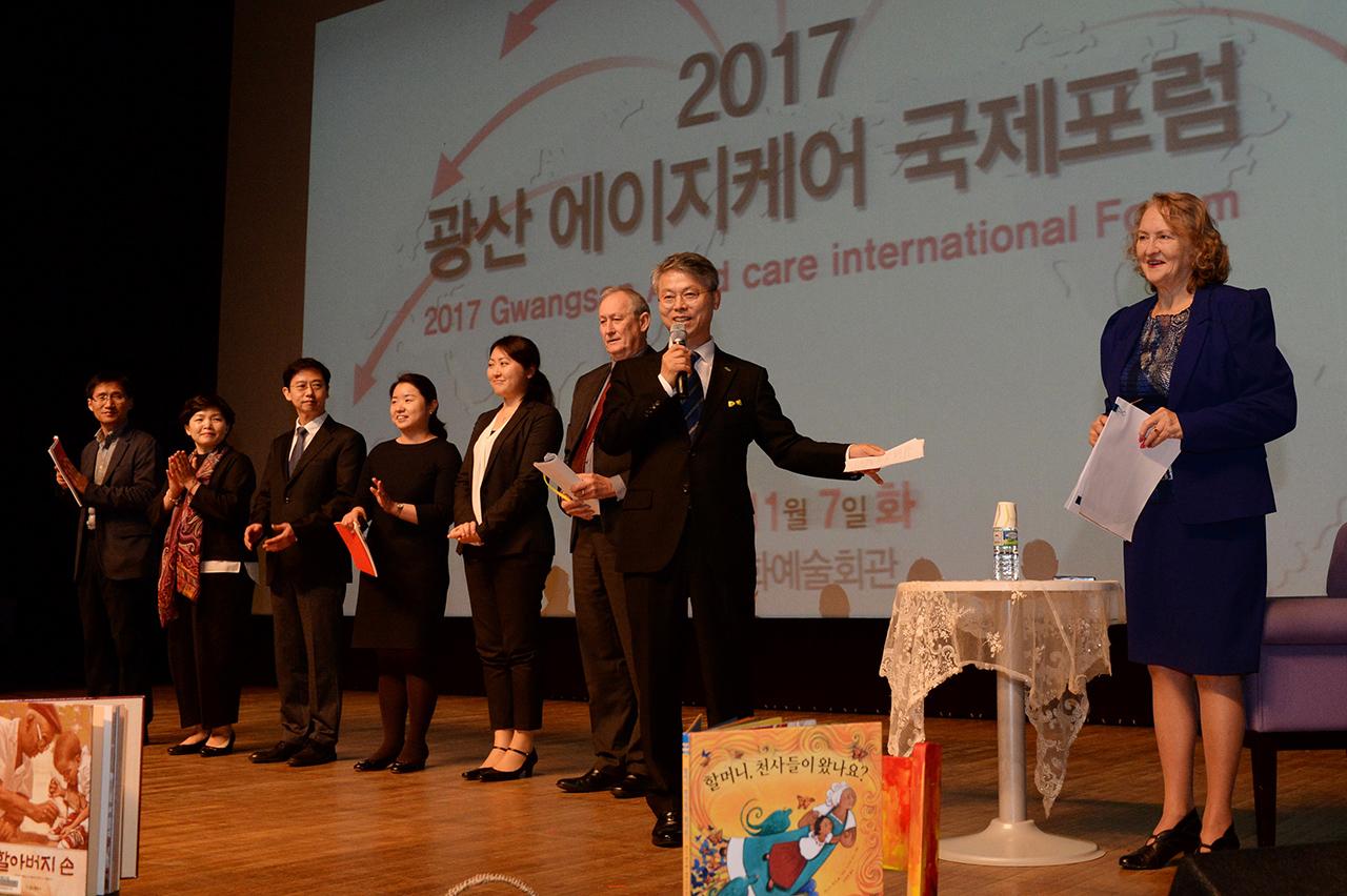 민형배 광주 광산구청장이 7일 열린 '2017 광산 에이지 케어 국제포럼'에 참가한 호주와 일본의 전문가들을 소개하고 있다.