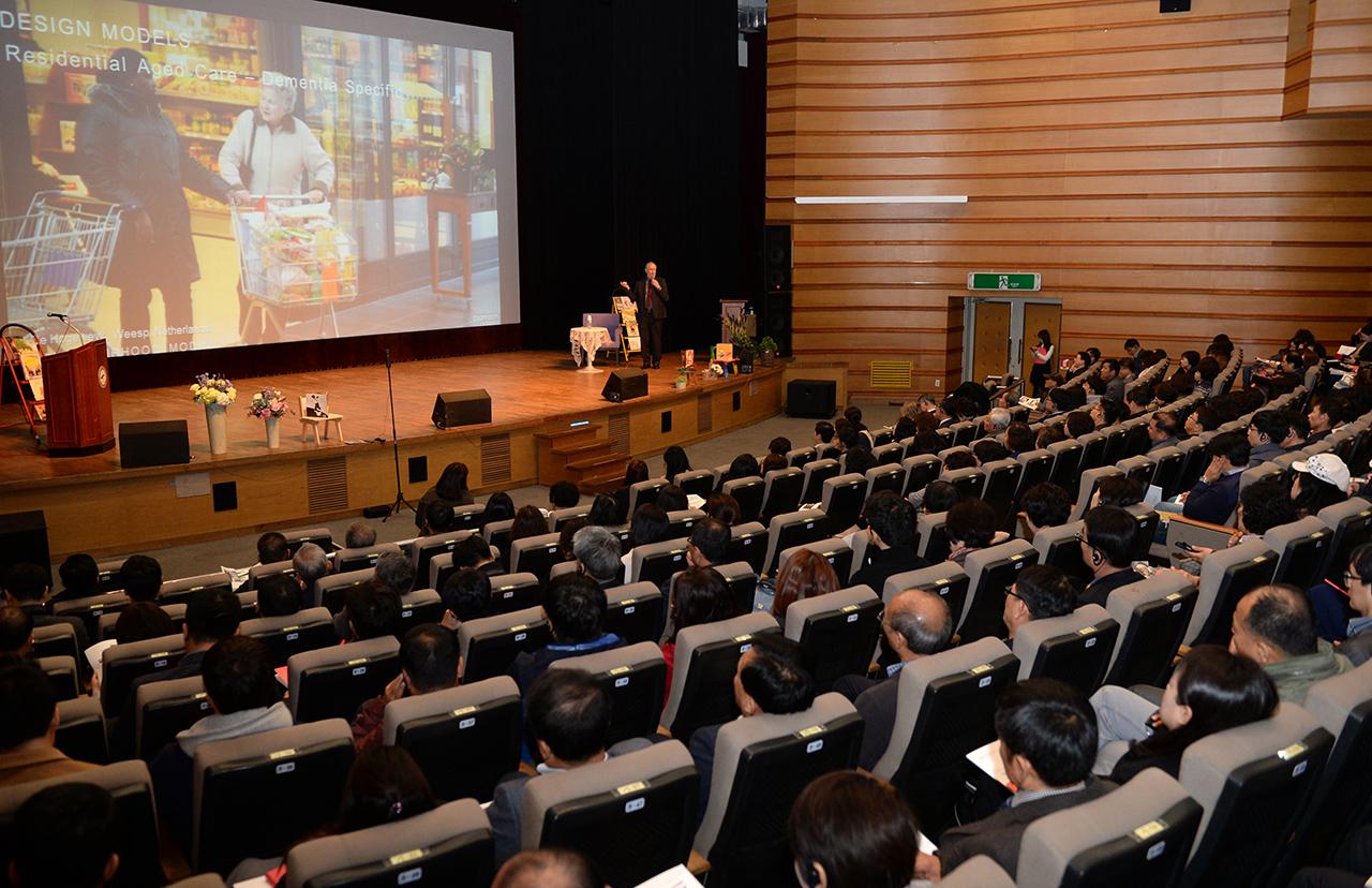 7일 광주 광산문화예술회관에서 열린 '2017 광산 에이지 케어 국제 포럼'엔 약 200명이 참가해 고령화 사회의 대책에 대해 고민하고 토론했다.