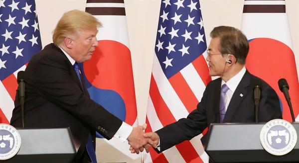 문재인 대통령과 도널드 트럼프 미국 대통령이 7일 오후 청와대에서 한미 공동 언론행사에서 악수하고 있다.