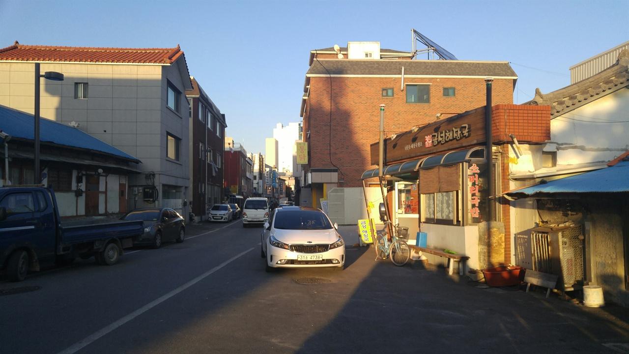 명주동 가구골목이라 불리는 경강로. 대도호부 관아 앞으로 대로가 나기 전에는 이 길을 통해서만 서울까지 갈 수 있었다.
