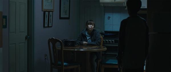 영준의 생일날. 아빠가 오기를 기다리지만 밤이 늦도록 오질 않고, 엄마 지숙은 홀로 어둠 속에서 쓸쓸하게 남편을 기다린다.