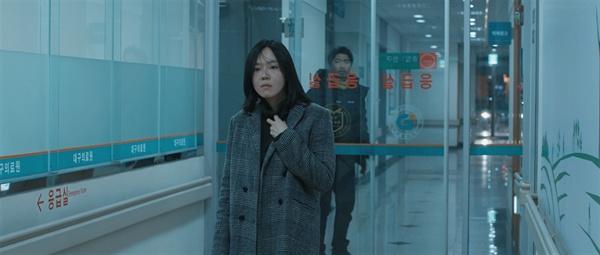 영화 <물 속에서 숨쉬는법> 후반부에 나오는 장면. 은혜는 갑작스런 사고에 망연자실 한다. 예상치 못하게 그녀의 가족을 죽음의 길로 인도한 견인업체 직원은 뒤에서 그저 바라볼 뿐이다.