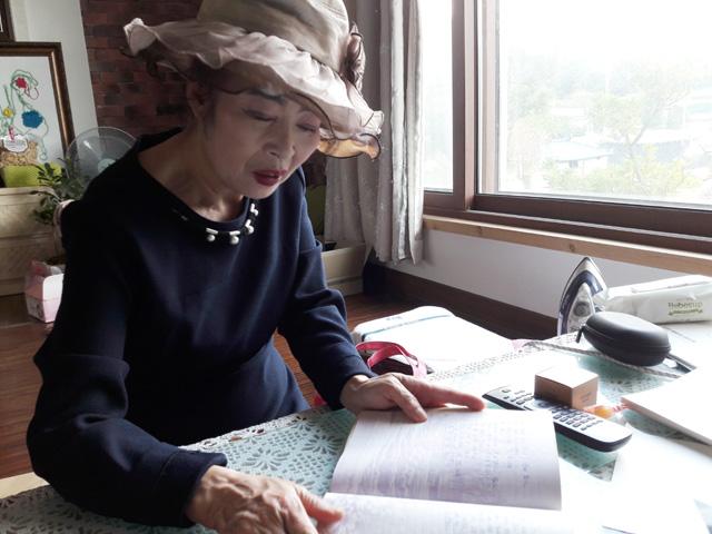 요즘 한춤을 배우고 한춤공연을 통한 봉사활동에 참여하면서 머리카락을 기르느라  모자를 쓰고 다닌다는 김형금 시인