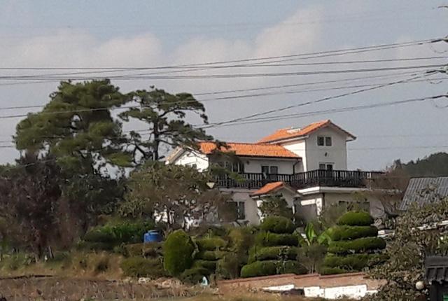 그동안 쓴 글들과 인생이야기를 기록으로 남기고 싶다는 김형금 시인의 언덕 위의 하얀 집.