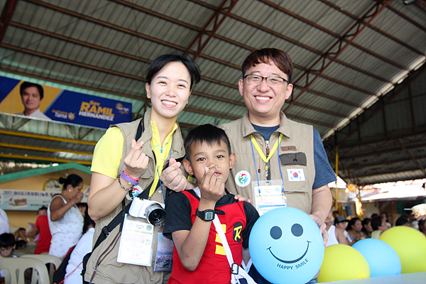 의료봉사활동 기간 동안 환자가 가장 많았던 소아과 박승원 원장과 조수역할을 했던 부인 김다영씨가 기브스를 한 아이와 기념촬영했다