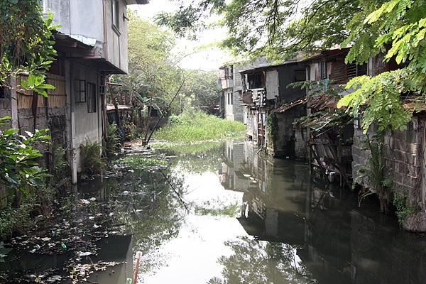 필리핀에서 가장 큰 호수인 베이호수 근처 마을인 란다얀 지역의 뒷골목 모습으로 우기에는 상습침수지역이라고 한다.