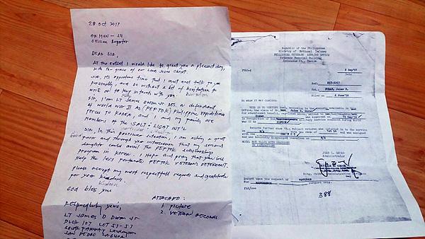 아버지(James Duran)가 한국전에 참전했다는 제이미 듀란(Jamie Duran)씨가 자신의 아이들이 한국이 지원하는 장학금을 받을 수 있도록 도와달라며 건네준 편지와 아버지가 한국전 참전군인이었다는 걸 증명하는 서류 모습