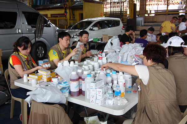 의사들이 처방전을 내려주면 자원봉사자들은 처방전에 따라 약품을 조제해 환자들에게 분배해준다