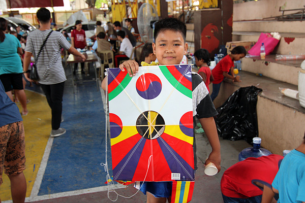 자원봉사차 봉사단과 동행했던 한국학생들은 필리핀 어린이들에게 제기차기와 연날리기를  시연하며 선물했다.
