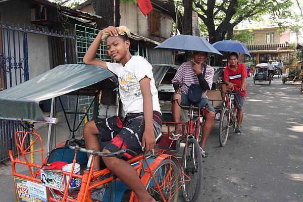 자전거로 손님을 나르면 하루에 300페소(7천원)를 번다고 한다. 손님을 만날 때까지 진료센터 주위를 몇바퀴 돌던 이들을 만나 촬영했다
