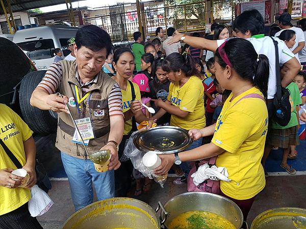 봉사단은 환자들에게 영양식을 제공하기도 했다.
