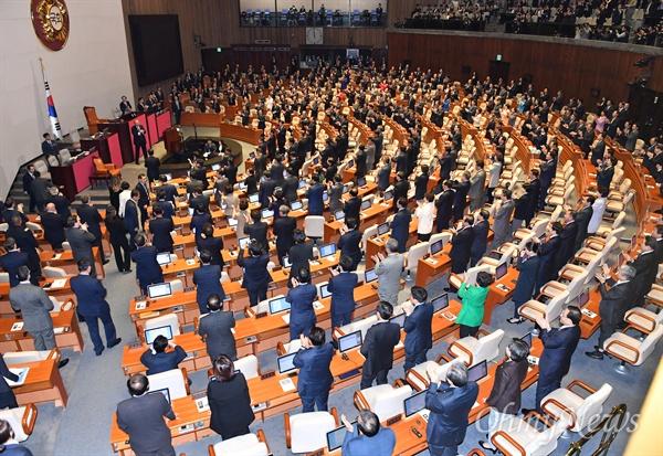 도널드 트럼프 미국 대통령이 방한 이틀째인 8일 오전 서울 여의도 국회 본회의장에서 연설을 마치자 의원들이 기립 박수를 보내고 있다. 트럼프 대통령의 국회 연설은 빌 클린턴 전 미국 대통령이 1993년 연설한 이후 24년 만이다.
