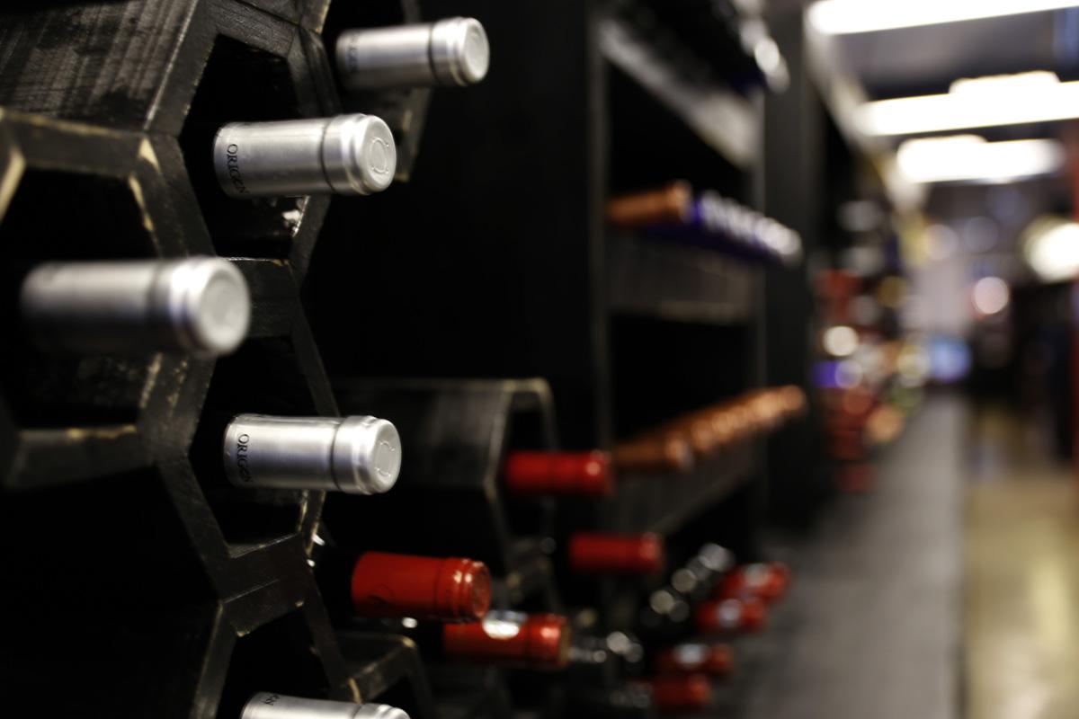 벽면을 가득 채운 와인 병. 향긋한 와인 향이 흐르는 광양 와인동굴이다.