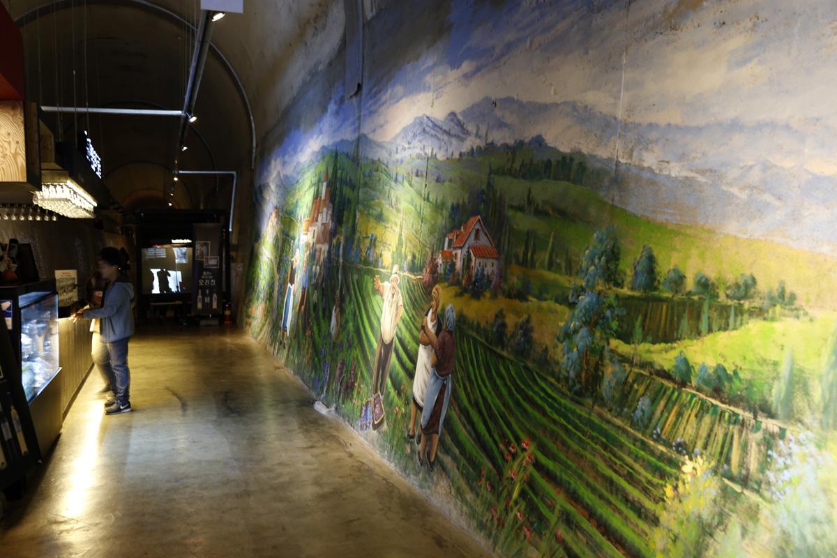 광양 와인동굴 내부. 단순히 와인을 홍보하는 공간을 넘어 색다른 볼거리로 가득하다. 터널이라는 희귀성은 덤이다.