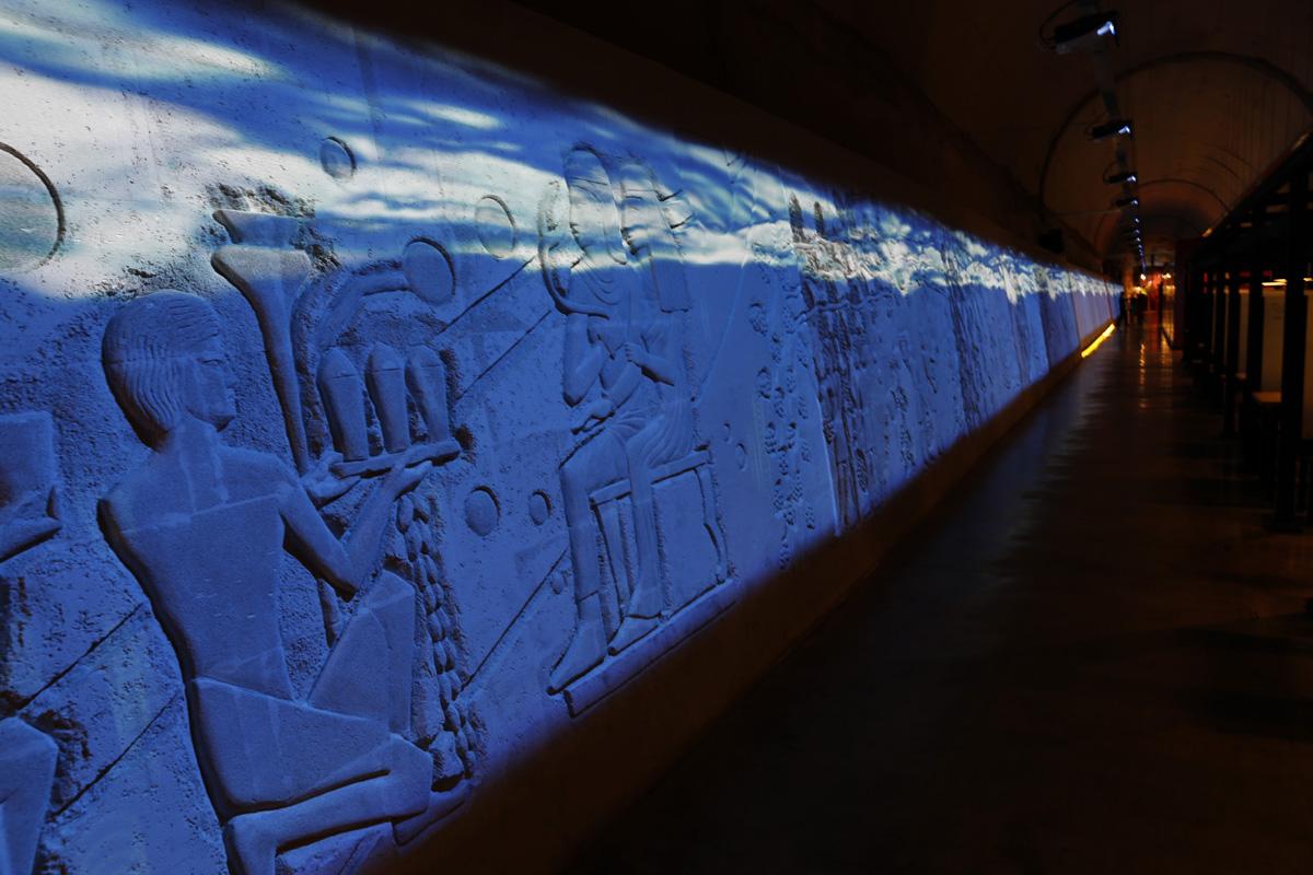 와인동굴의 벽면을 영상으로 장식하는 미디어 사파드. 고대인들의 와인 제조 과정이 조각으로 새겨져 있다.