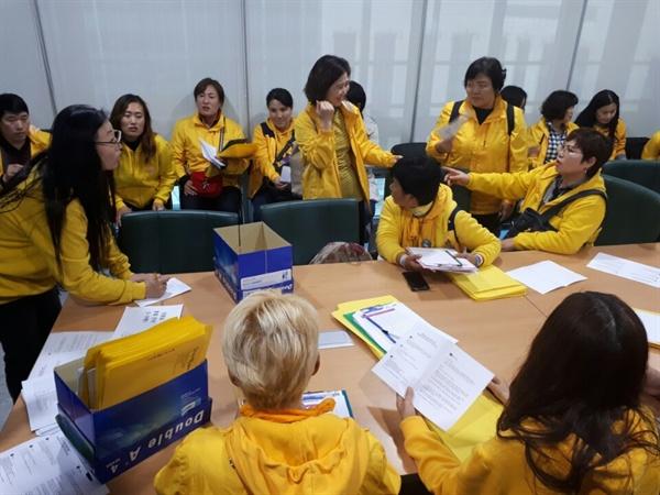 세월호 가족들이 8일 '사회적 참사 진상규명 특별법' 제정 촉구 캠페인을 벌이기 전 의원회관에 모여 회의를 하고 있다.