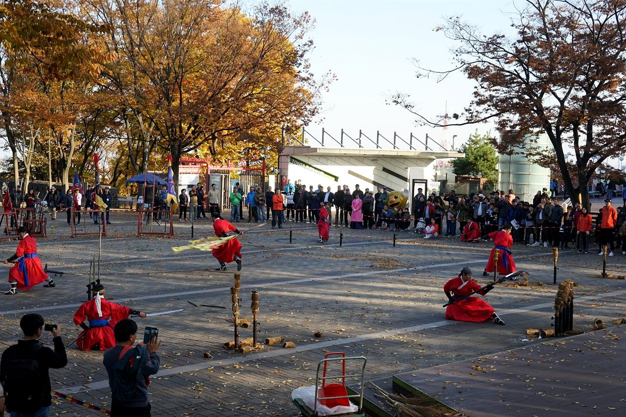 남산 팔각정 아래 광장에서 전통무예 공연을 하는 모습